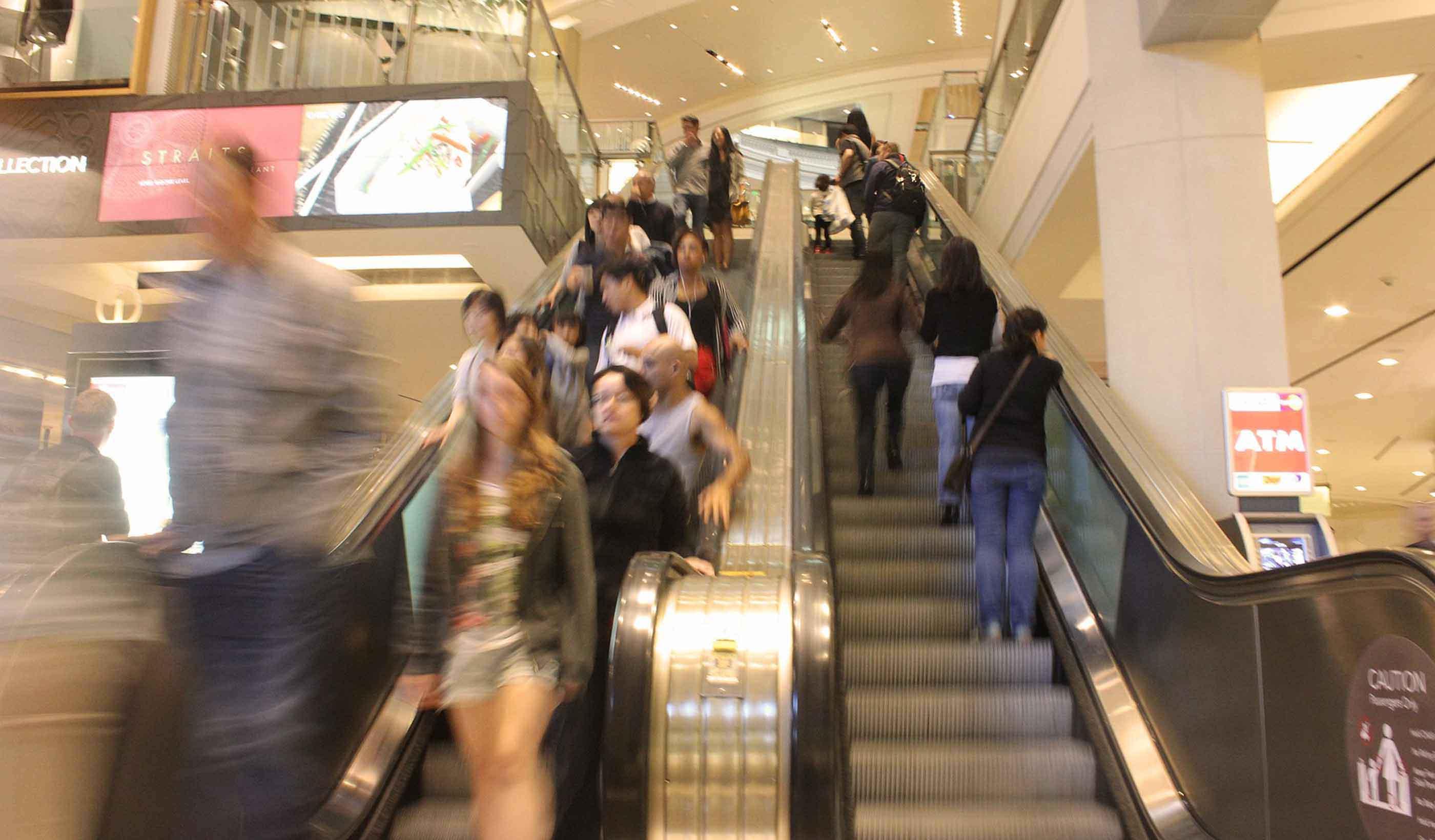 自动扶梯的人们在商城